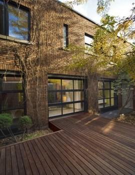 ウッドデッキの中庭と全開口ドア1_[0].jpg
